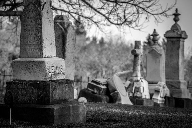 Bien choisir un monument funéraire commémoratif : le cas des plaques